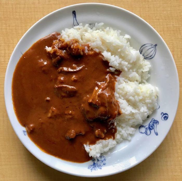 お皿に注ぐ時にレストランで食べるカレーの香りが漂う。 まろやかな甘み、そしてその後に辛味が口の中に広がる。